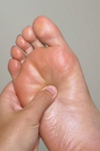 עיסוי רפלקסולוגי בכפות הרגליים