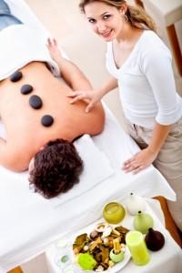 עיסוי באבנים חמות יעיל להרגעת כאבים